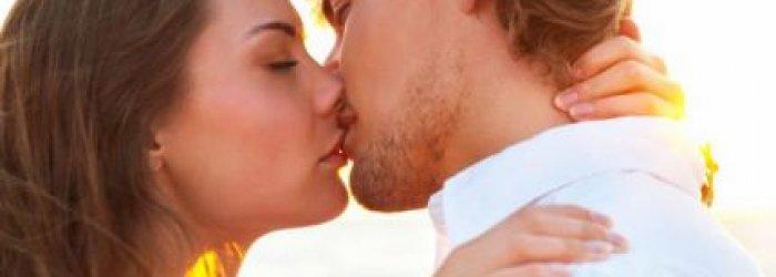 Il bacio è una delle più antiche funzioni umane  e se dopo tanto tempo è ancora di moda, qualche pregio lo dovrà  pur…..avere